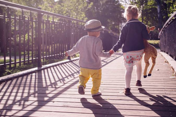 Latvijā visvairāk grib atgriezties ģimenes ar bērniem, taču problēmas atrast vietu bērnudārzos