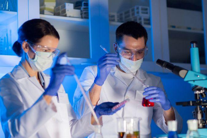 12.klašu skolēni kārto eksāmenu ķīmijā