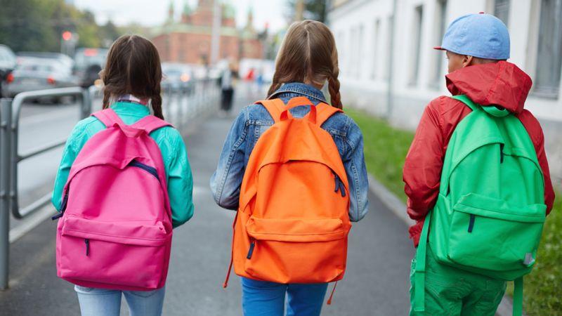 Izmērs, svars un pareiza nēsāšana – kas jāņem vērā, izvēloties skolēna mugursomu?