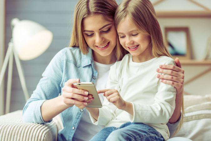 Vai līdz ar pirmo skolas somu bērnam vajadzīgs arī pirmais mobilais telefons?