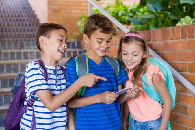 Pirmklasnieks un pirmais telefons: vai bērna viedierīcei vajadzīga parole?
