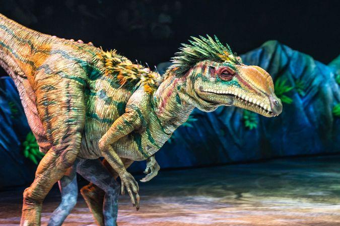 Pēc divām nedēļām Rīgā viesosies pasaulē lielākais dinozauru šovs - Pastaiga ar dinozauriem