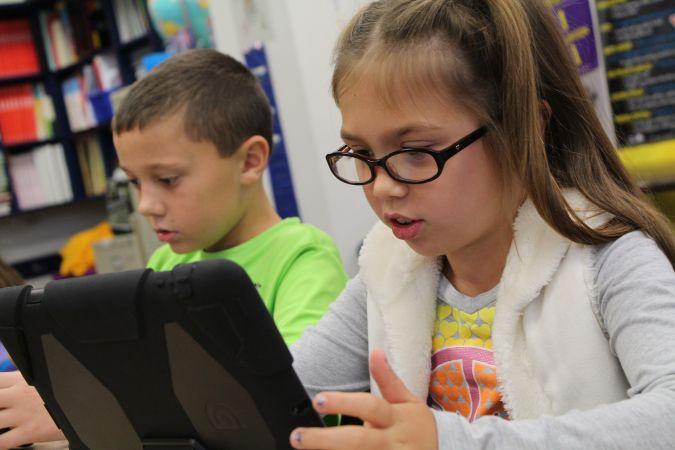 Pieci jautājumi, ko ar bērnu pārrunāt pirms viņa patstāvīgajiem soļiem internetā