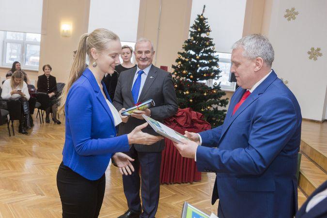 Jelgavā 32 eksaktajās zinātnēs izciliem vidusskolēniem piešķirta 50 eiro naudas balva