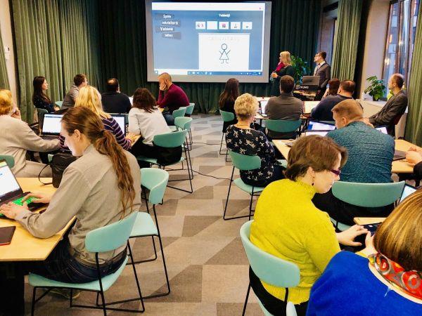 Programmēšanas skolotāji no visas Latvijas mācībās programmē tiešsaistes čatu