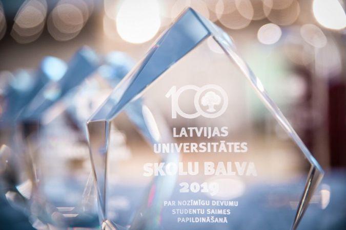 Latvijas Universitāte pasniegusi Skolu balvu