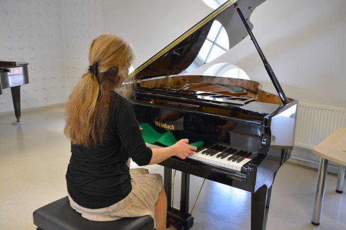 Valmieras Mūzikas skolai simtgadē uzdāvināts jauns flīģelis