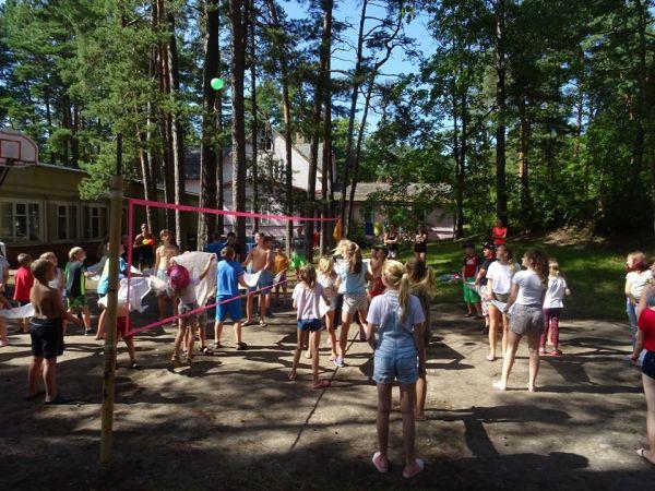 Vasaras brīvlaikā Rīgas bērni un jaunieši var piedalīties nevalstisko organizāciju rīkotajās nometnēs