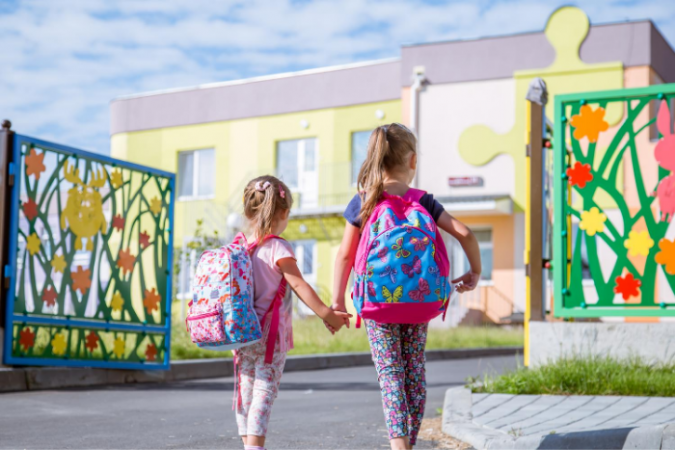 Mācības klātienē īstenos 82% Latvijas skolu
