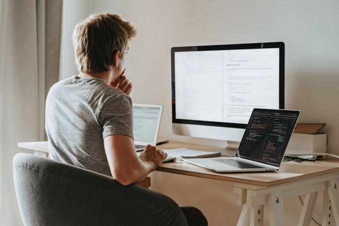 Latvijas pašvaldībām nogādāti solītie 6200 portatīvie datori