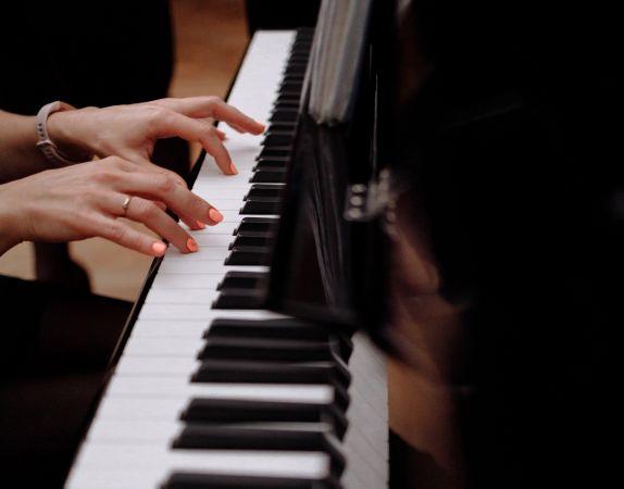 IZM plāno šovasar organizēt XII Latvijas Skolu jaunatnes dziesmu un deju svētkus