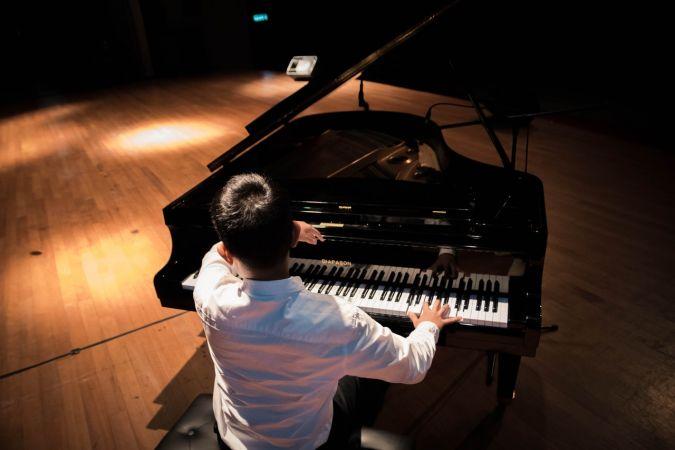 Jaunie pianisti spēlē džezu un populāro mūziku