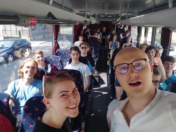 Dabaszinātņu jomā augstākos sasniegumus guvušie skolēni Latvijā tiksies izglītojošā nometnē Valkā