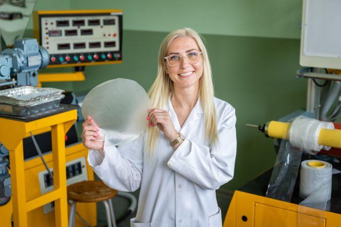 RTU studente attīsta no baktērijām iegūtu materiālu fosilas izcelsmes plastmasu aizvietošanai