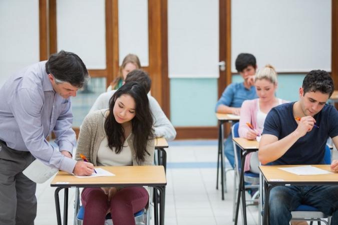 12.klašu skolēni kārto eksāmenu matemātikā