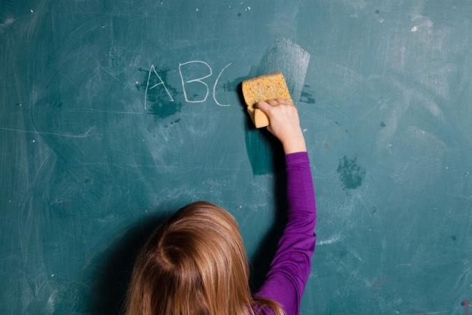 Divi skolu direktori sodīti par ilgstošu obligāto mācību priekšmetu nenotikšanu izglītības iestādē