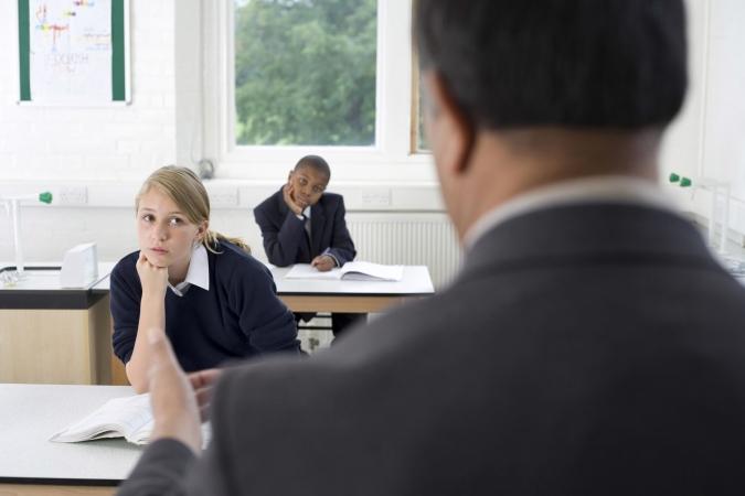 Atvieglo uzņēmēju iesaisti darba vidē balstītās mācībās