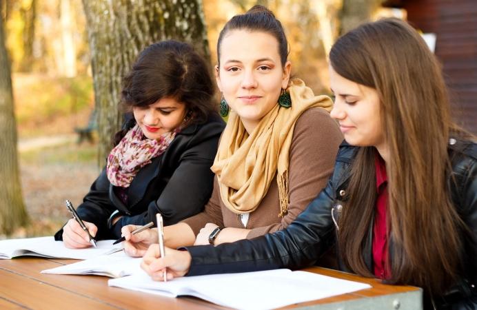 Skolēni saņem centralizēto eksāmenu rezultātus