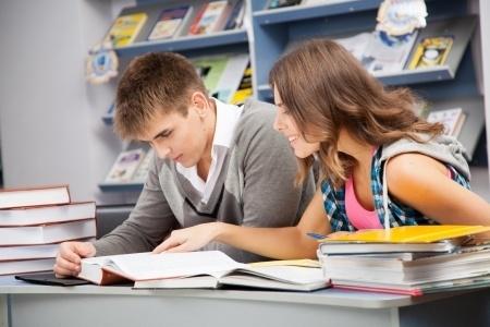 Trīs skolu audzēkņiem varētu nākties vēlreiz rakstīt angļu valodas eksāmena domrakstu