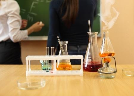 Vidusskolēni kārtos eksāmenu ķīmijā