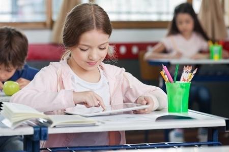 Planšetdatori motivē mācīties, tomēr mazina izdomu