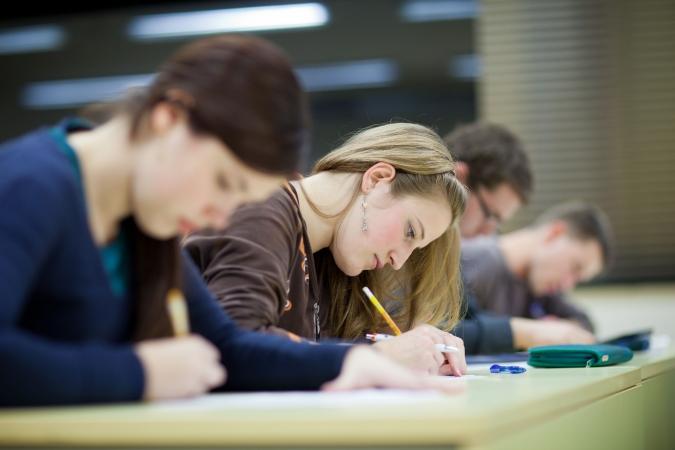 Vidusskolēniem eksāmens fizikā un ķīmijā būs 2016.gadā