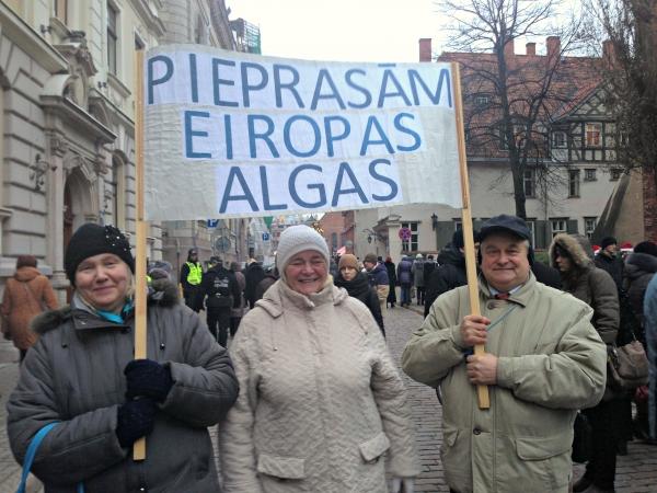 Vairāk nekā 1000 skolotāju no visas Latvijas pulcējas piketā