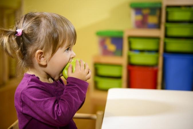 Skolēni sāk saņemt bezmaksas veselīgos našķus