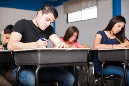 Statistika: Latvijā meitenes vairāk mācās vidusskolās; puiši – arodskolās