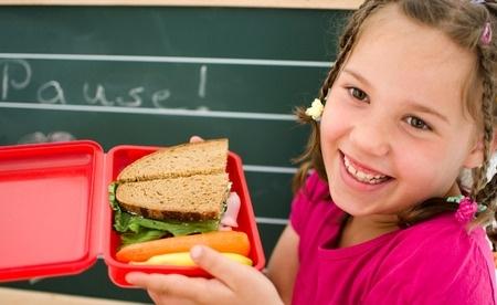 Aptauja: Vecāki nav pārliecināti par diētiskā ēdiena drošumu skolās
