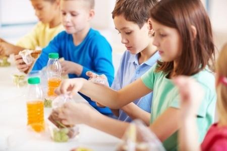 Skolās drīkstēs izmantot pārtikas produktus, kuri satur krāsvielas
