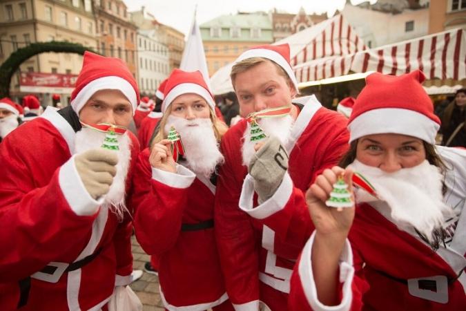 Saņem Ziemassvētku vecīša tērpu, skrien un ziedo bērniem