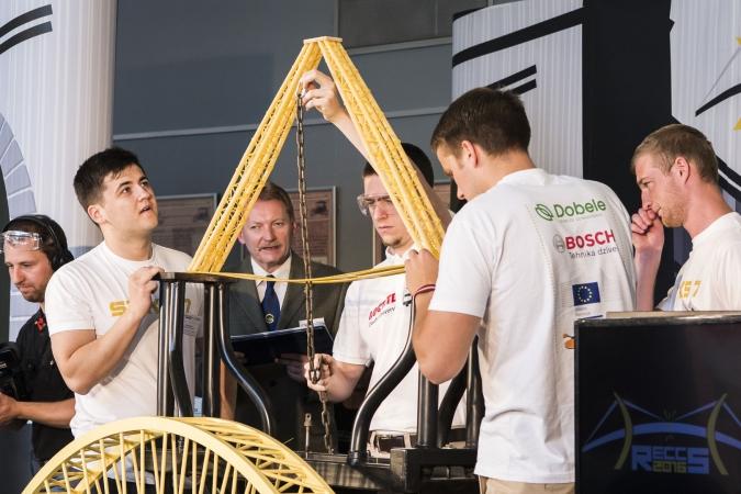 Latvijas studenti uzvar Pasaules čempionātā spageti tiltu konstruēšanā