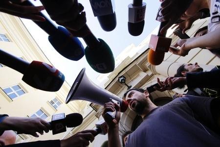 """Pie valdības ēkas, veidojot """"dzīvo ķēdi"""", protestēs pret RPIVA likvidāciju"""