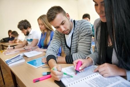 Latvijas skolēniem lielākās grūtības sagādā dzimtā valoda un literatūra