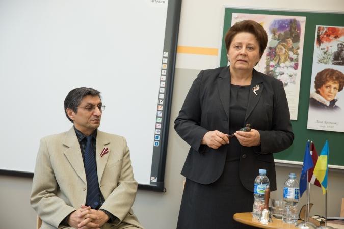 Ministru prezidente pēc Ukrainas apmeklējuma dalās sajūtās ar skolēniem