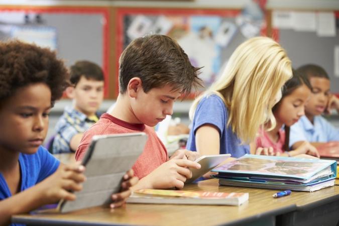 Piecus gadus veci britu skolēni apgūst programmēšanu