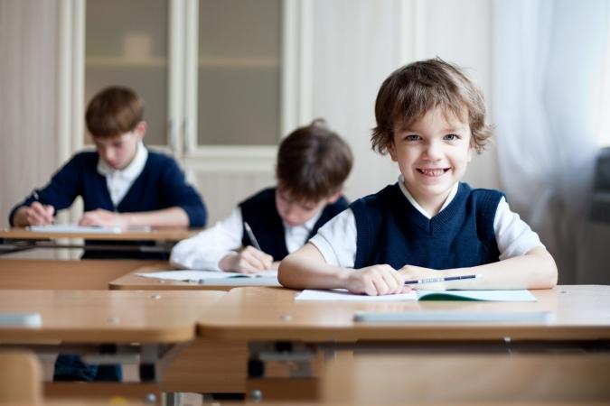 Rīgas skolās pakāpeniski atteiksies no mācībām divās maiņās