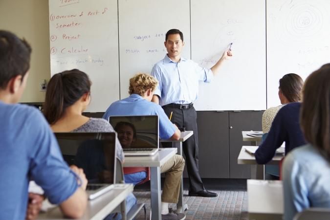 Lietuvā skolotājiem sola paaugstināt algas un piešķirt izdienas pensiju