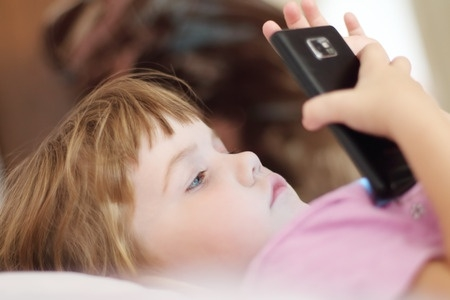 Latvijā katrs otrais divgadnieks lieto mobilās ierīces – speciālisti iesaka nesteigties