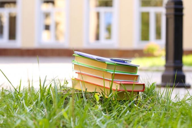 Francijā skolu nākas slēgt nevaldāmu kaimiņu dēļ