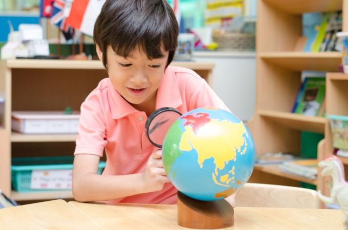 Ģeogrāfijas skolotājs pasaules karti uzzīmē dažās minūtēs