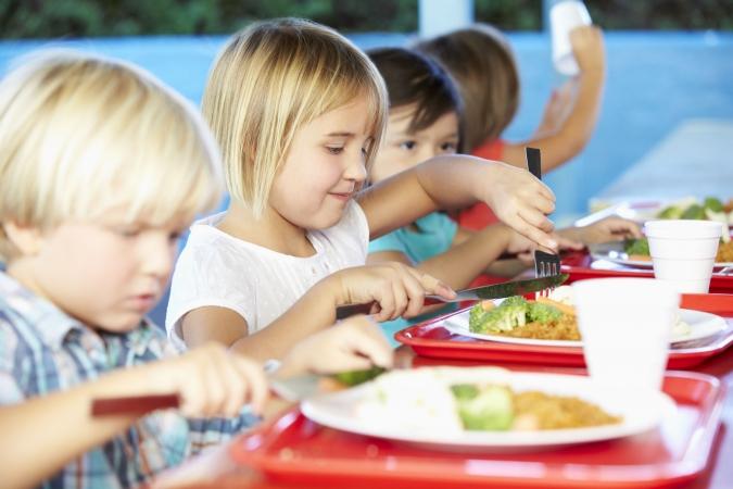 Lietuvas bērni skolu ēdnīcās saņem lētāko, nevis labāko pārtiku