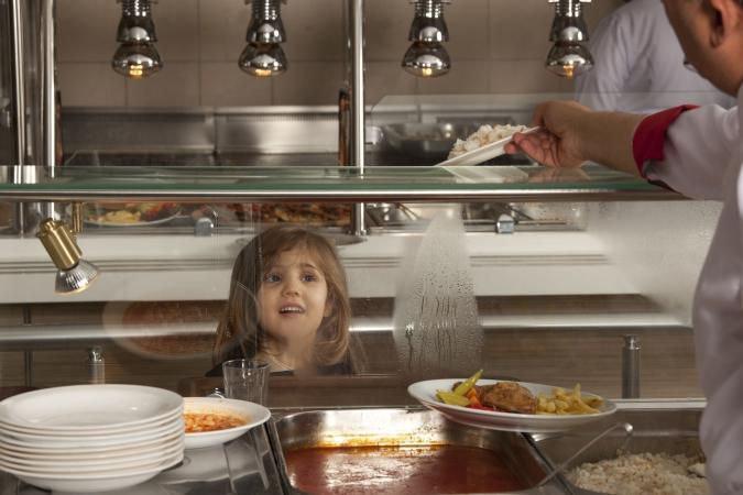 Skolēniem maltītes gatavo no bojātiem produktiem