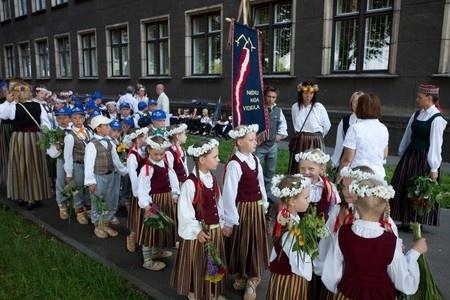 Sniegts pārskats par skolu jaunatnes dziesmu un deju svētkos paveikto