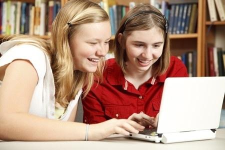 17% vecāku nekontrolē savu bērnu aktivitātes internetā