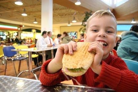 Plāno apturēt strīdīgos noteikumus par uztura ierobežojumiem skolās