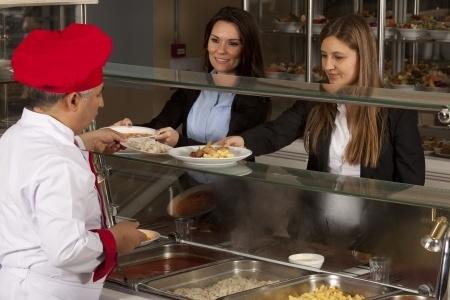 Ministrija kopumā nemainīs noteikumus par uzturu skolās