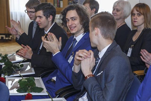 Premjers sveic olimpiāžu uzvarētājus un viņu pasniedzējus