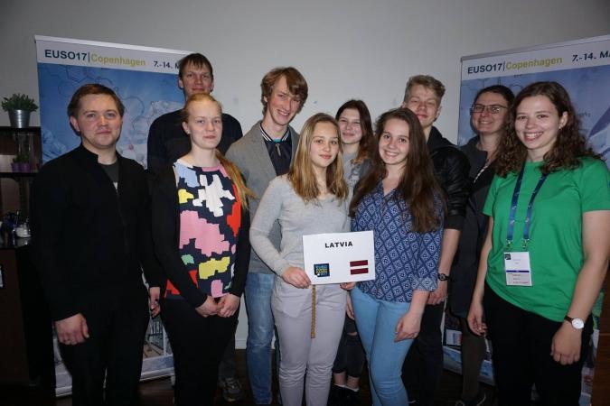 Latvijas skolēni ES Dabaszinātņu olimpiādē ieguvuši sudraba un bronzas medaļu